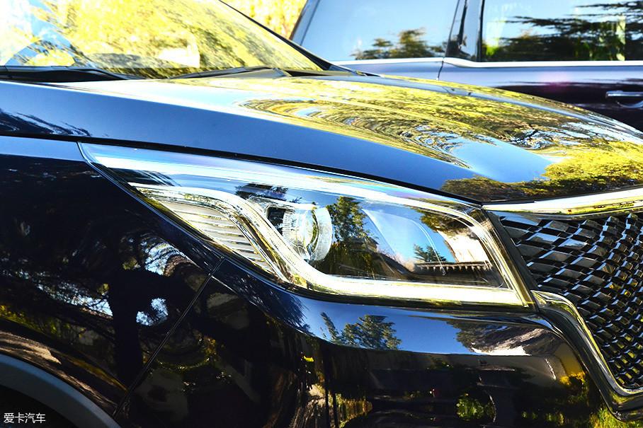 大灯的外观设计采用柳叶造型,并配有日间行车灯带,灯带同时向两侧延伸,与前脸融为一体。而LED日间灯同时也兼顾转向灯功能,不过全系车型均配备卤素光源,好在近光灯配有透镜。