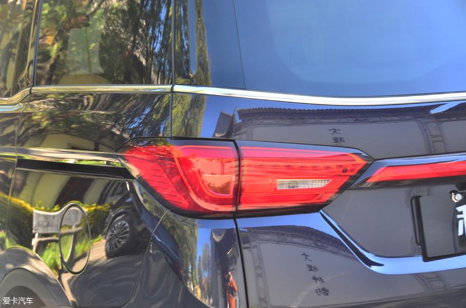 尾灯造型与头灯的造型相近,尾部中间贯穿两侧的灯组在视觉上似乎也拓宽了车尾的宽度。