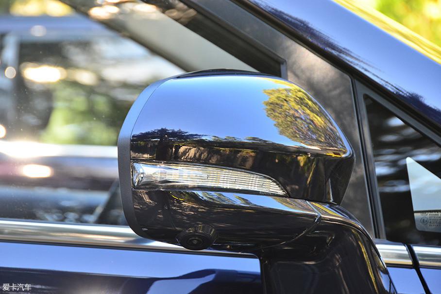 新车的后视镜具备电动调节、折叠、后视镜加热功能,同时也集成了全景影像的侧摄像头。