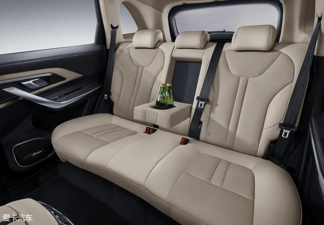 除此之外,基本的安全问题,众泰T500也早已提供了贴心的保障。ESC车身稳定系统,EPB电子驻车系统,各种路段把控。夜视系统,自动泊车,倒车入库,从此告别手忙脚乱,任谁看了,都觉得你是老司机。   如今,汽车市场品牌繁多,竞争压力也越来越大,而能够坚持自己品牌信念的汽车,也屈指可数。而众泰T500却能够一直坚持匠心精神,用原创打造汽车初心本质,众泰T500背后的研发团队认真钻研,旨在为给消费者提供更好的驾驶享受。