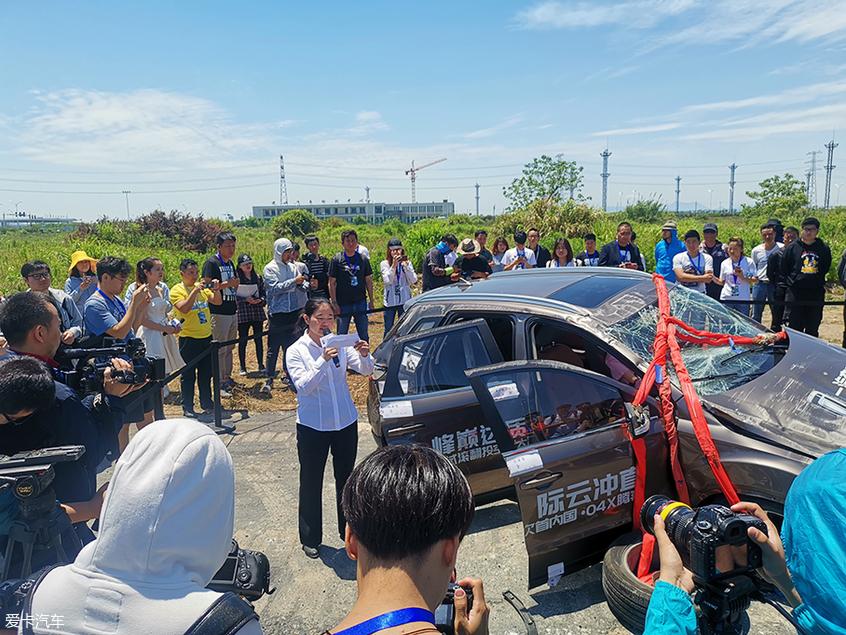 竟玩新鲜的 奔腾X40居然上天了 中国品牌的跳伞冠军