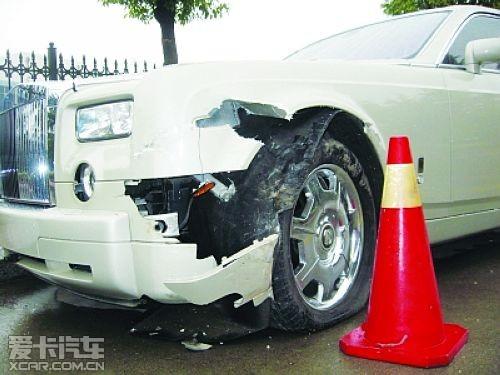 轮胎和轮毂都得更换,轮胎是劳斯莱斯专用轮胎,一只轮胎价值十高清图片