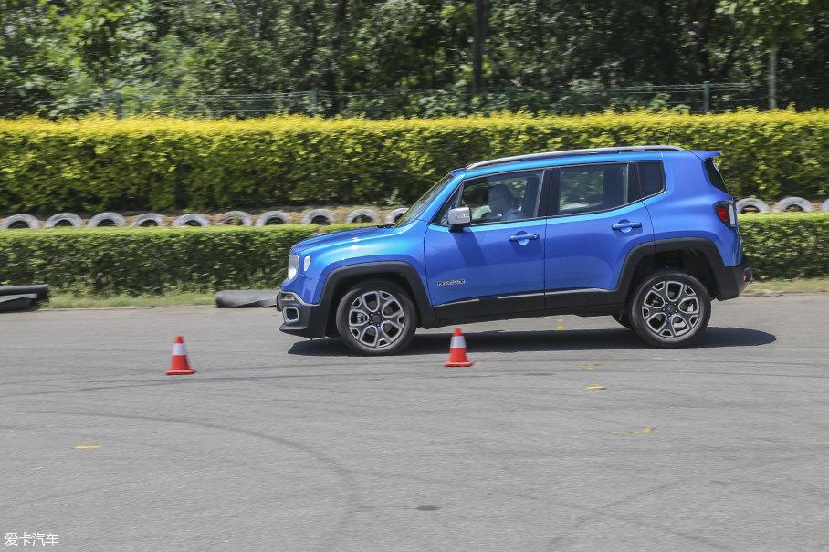 但是在百公里刹车测试中,Jeep自由侠2.0L车型要比1.4T车型更好一些。其41.8m的百公里刹车距离属于合情合理的成绩。