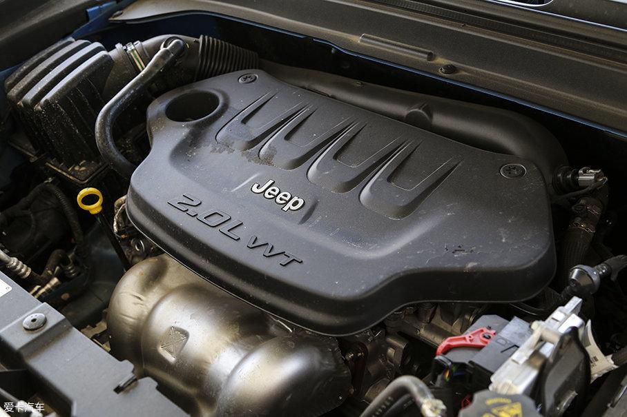 本次测试的Jeep自由侠配备了一台2.0L自然吸气发动机,其最大功率114kW(155Ps)/6200rpm,峰值扭矩190Nm/4600rpm。