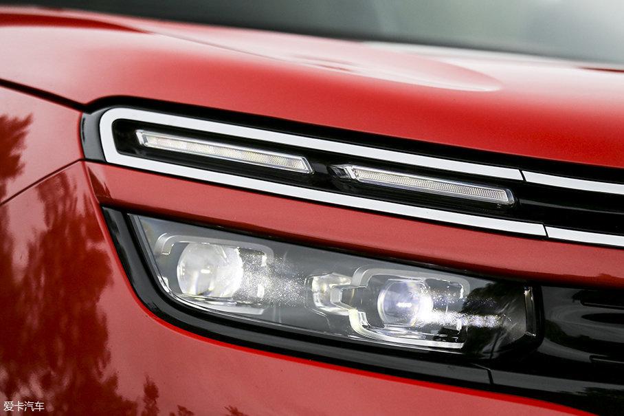 天逸顶配车型配备了全LED光源的前大灯组。上层为LED日间行车、下层为远近灯光源。不过根据我们我们所掌握的车型配置来看,天逸仅在顶配车型提供LED光源这点有些值得商榷。