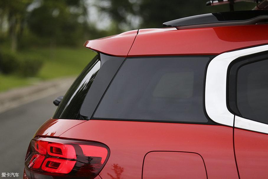"""天逸采用了悬浮式车顶设计以增加整体性。至于车尾线条方面,天逸并没采用类似""""Fastback""""式设计,而是选择了以平直的车顶线条保证车内乘坐空间,然后以迅速下坠的尾厢盖以突显干练。"""
