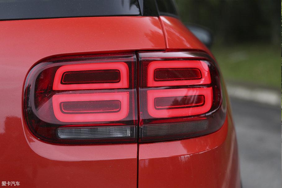 四个圆角矩形LED灯带组成了车辆尾灯。车辆尾灯并非完全是一个平面,而是一个凹切面。这种细节的设计也可以体现出天逸在营造精致感上所做出的努力。
