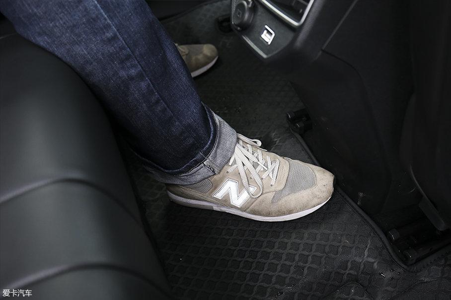 由于没有中央传动轴的原因,车辆后排中央地板十分平整。并且由于出风口做出了让步,所以并不会影响中央乘客乘坐的舒适性。