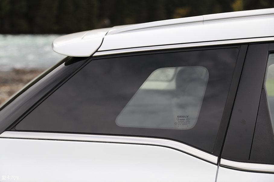 车辆的BCD柱都采用了隐藏式设计,这也使得吉利博越获得了现如今十分主流的悬浮式车顶。此外我们注意到在车辆C柱之后,还设计有一个小窗户,可以让后排乘客获得更好的视野。