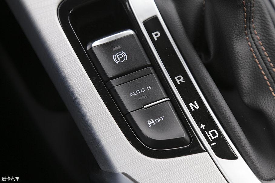 在我们本次体验的顶配车型上,吉利博越的配置相当丰富,包括电子手刹/AUTO HOLD、一键启动以及无钥匙进入功能都有配置。