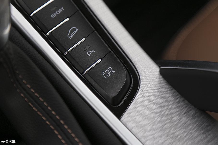 除了一套反应极快的四驱系统外,车辆还配置有中央差速器锁止以及陡坡缓降功能。从越野配置的角度上看,吉利博越除了不能手动选择四驱模式之外,其他方面都是城市SUV车型中的主流水准。