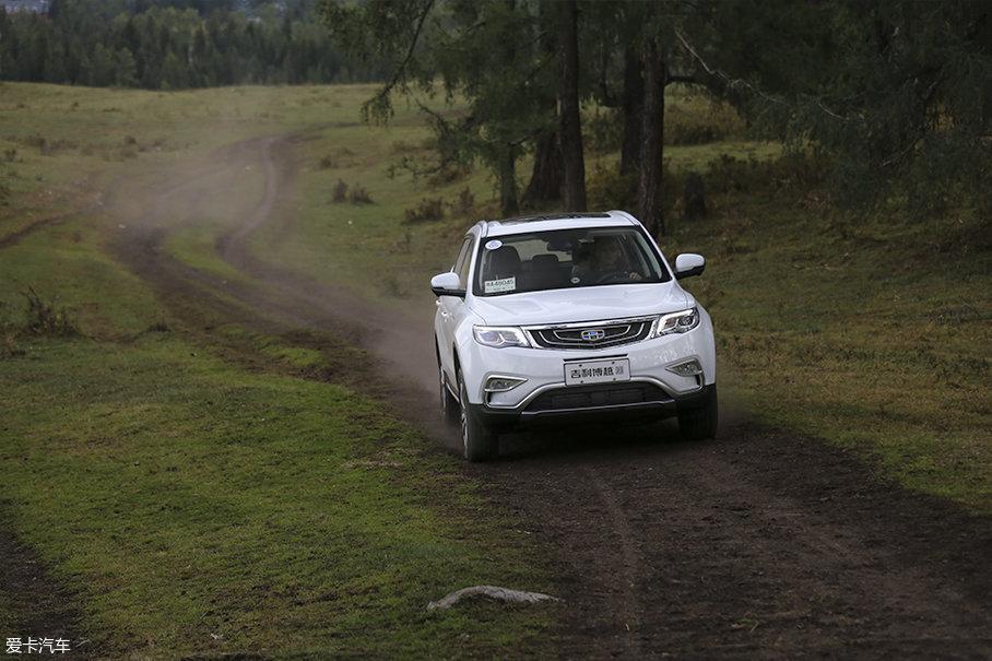 在轮胎抓地力尚可的情况下,车辆四驱系统的表现足以应付草原车辙路的挑战。唯一需要注意的就是吉利博越160mm的最小离地间隙有可能会因为车辙而发生拖底的风险。