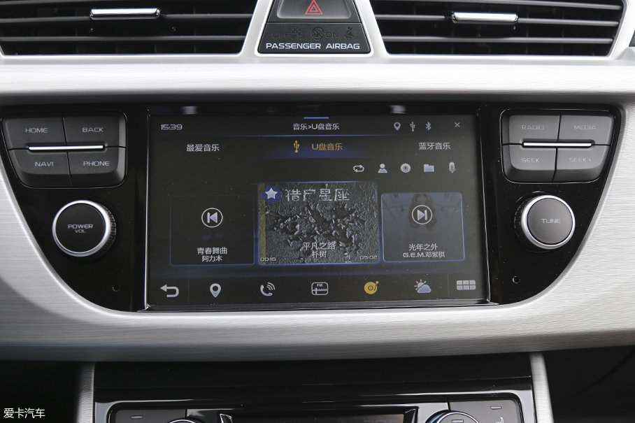 车辆的智能互联娱乐系统内置一张4G上网卡,可以接受包括新闻、天气在内的多种资讯。整个娱乐系统在系统设计上也表现的非常合理,迅速上手无难度。