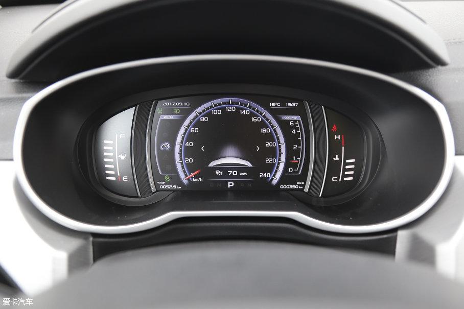 车辆配置的全液晶仪表盘布局合理,显示也较为清晰。在不同模式下车辆的全液晶仪表盘也会有不同风格。