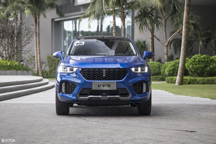 车辆前脸位置大尺寸的进气格栅和两侧造型犀利的前大灯组,营造出了一幅极具进攻性的样子,而雾灯处的散热口则进一步加深这样的印象。可以说VV5的前脸部分是非常标准的运动化SUV造型。