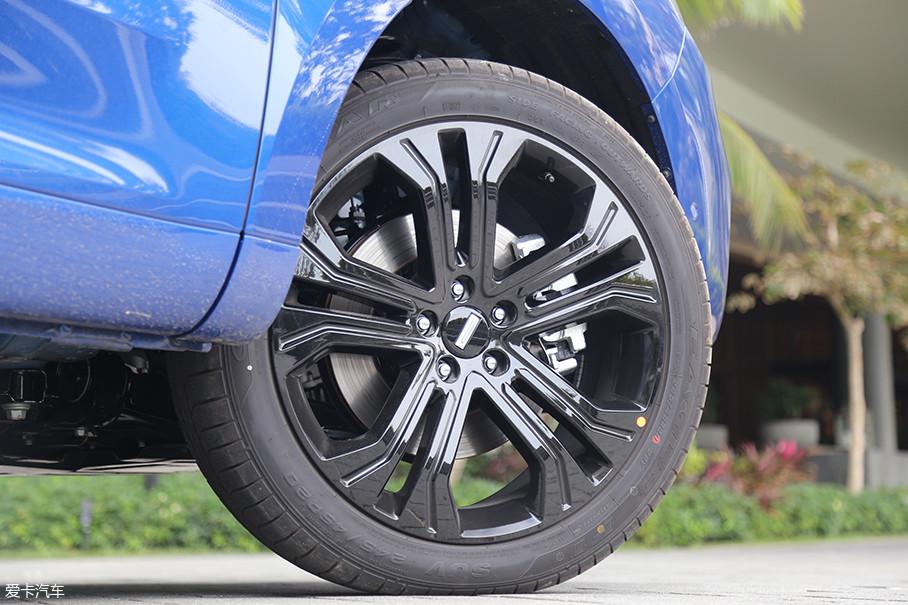 为了满足车身比例的要求,WEY VV5上所配备的20寸轮圈已经是该级别车型所能使用最大的尺寸了。其配备的固特异245/45 R20轮胎,可以为WEY VV5提供不错的抓地力表现。