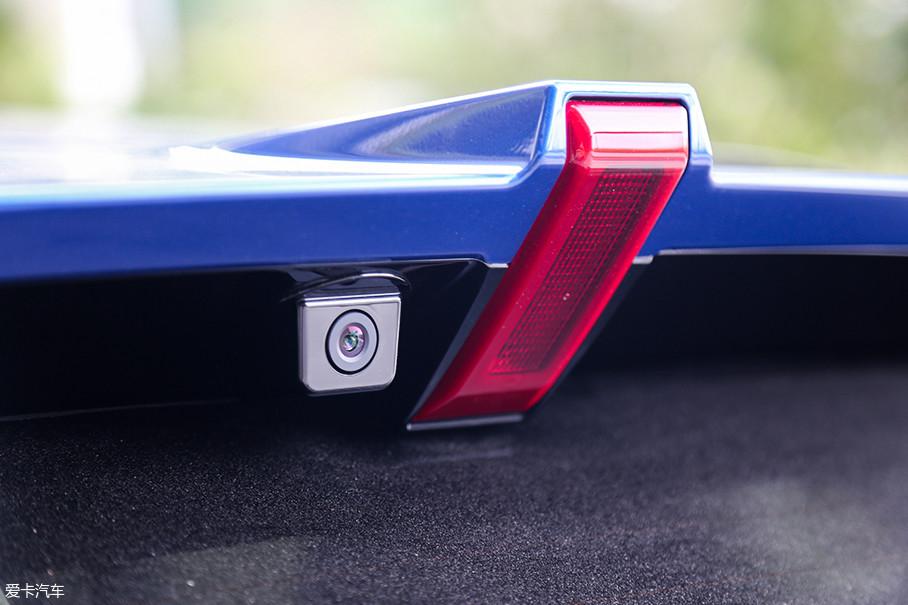 相比于凯迪拉克XT5,WEY VV5的流媒体后视镜摄像头位置更高,这也使得VV5车内的流媒体后视镜的视角,更加贴近真实后视镜的视角,不会让人那么不习惯。