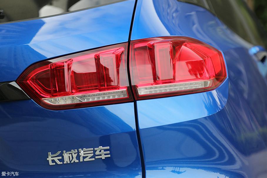 在尾灯方面,WEY VV5也采用了流动转向灯技术。可以说WEY VV5在外观设计方面,给足了消费者所要的豪华感。