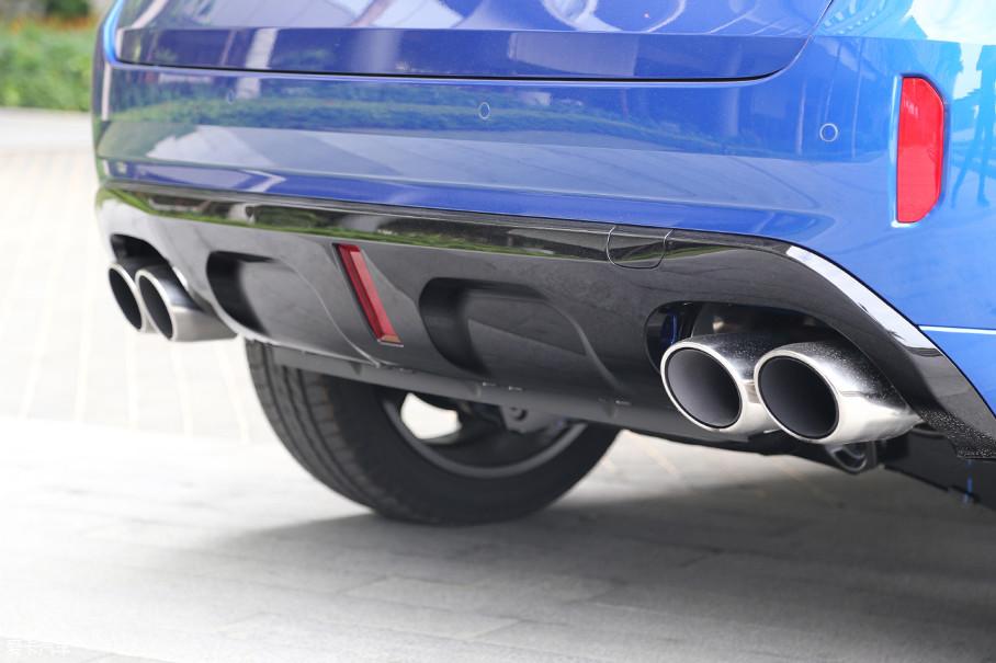 同VV7一样,WEY VV5也同样设计有真正的四出排气,营造出了强大的运动氛围。根据一些消息显示,未来的新款车型在Sport模式下,WEY VV5也会通过一些手段,在排气声音上大做文章。