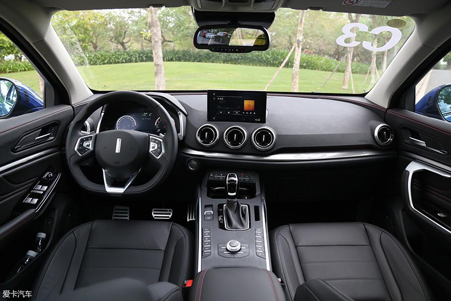 WEY VV5的内饰也是整车十分出彩的地方,总体来看在车内的做工和用料方面都有着一定越级的表现,并且在车内配置上也同样丰富。总而言之这并不像是出自一台售价只有15万元车辆的内饰。