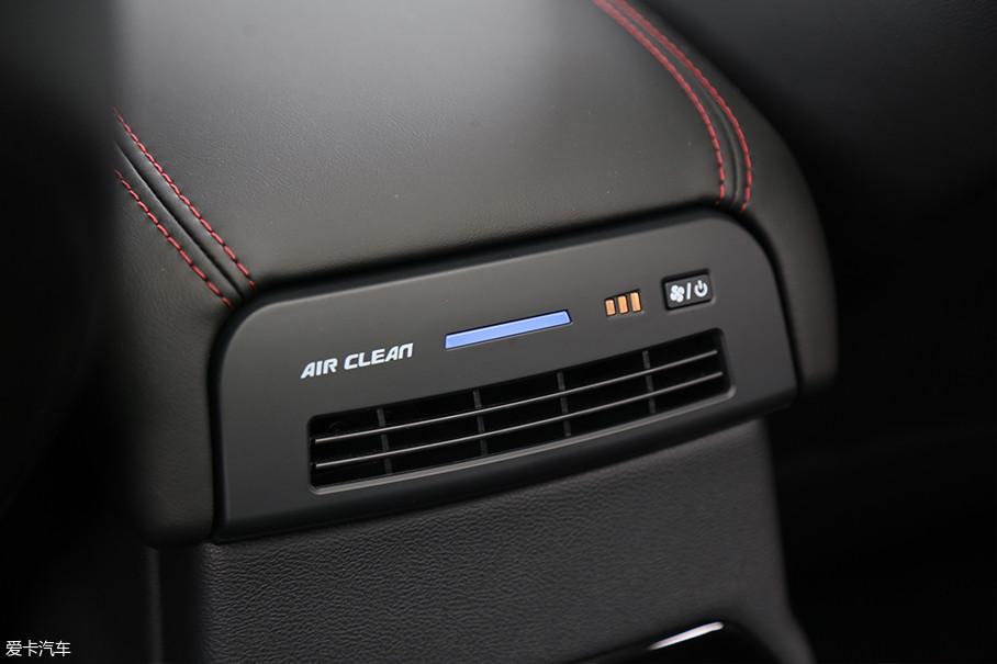 同VV7一样,WEY VV5也同样配置有车内空气净化装置。但是说实话,从车内空气质量的角度来说,这台全新试驾车车内的异味并不大。