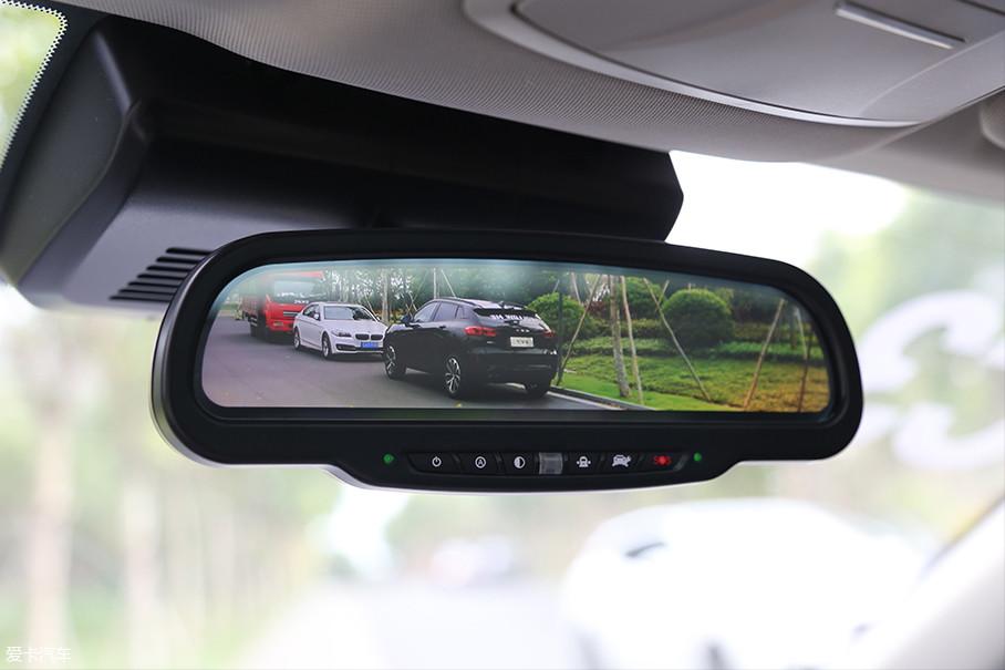 流媒体后视镜是WEY VV5车内最具科技感的配置。在外观介绍中我们就说过,由于摄像头位置较高的原因,WEY VV5的流媒体后视镜的成像角度和传统后视镜非常相似,很容易适应。