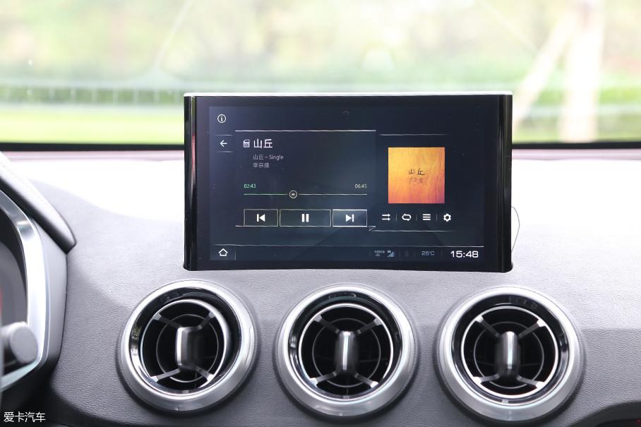 相比于VV7来说,WEY VV5的液晶屏幕更加偏向于驾驶员一侧,使得整个内饰都显得更加偏重于驾驶员方向。另外,该多媒体系统也支持CarLife和CarPlay双互联系统。