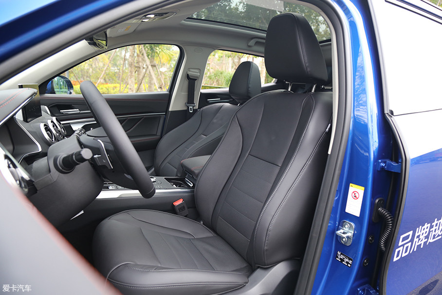 WEY VV5副驾驶座椅位置较高,并且和VV7一样高低无法调节,对于我这样喜欢坐得比较低的人而言不算太友好。除了这点瑕疵之外我在WEY VV5内饰部分很难找到其他太多的问题。