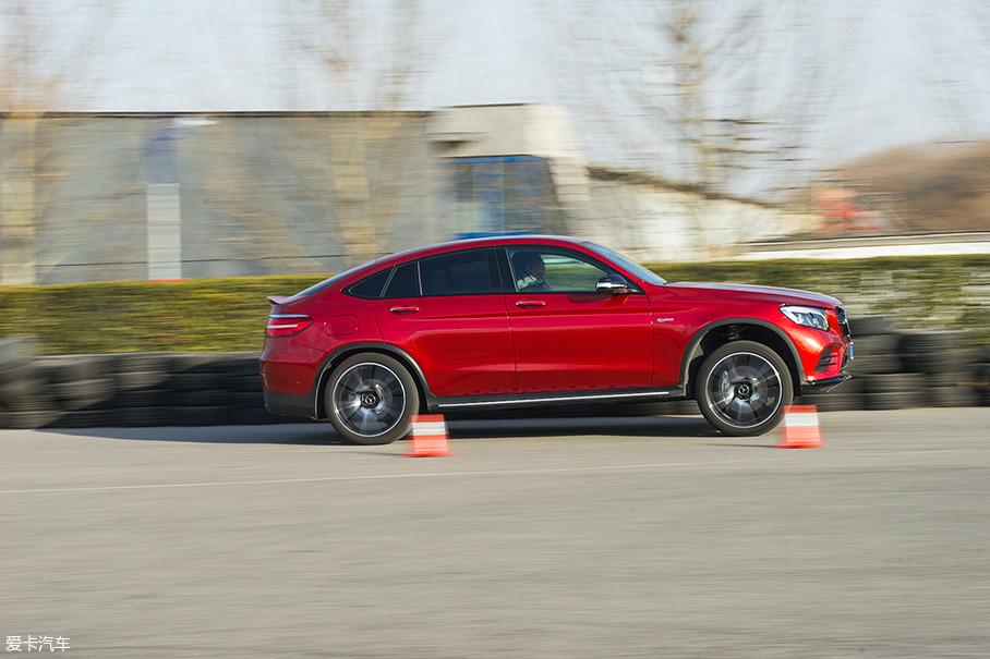 由于空气悬挂的原因,使得这台车加速起步时的姿态非常夸张,看起来几乎到了前轮离地的程度。不过在四驱系统的帮助下,即便全力起步,轮胎依旧没有打滑。5.0s的加速成绩相当暴躁。