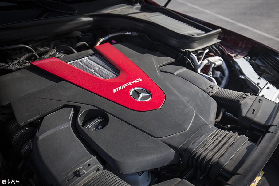 """本次测试的奔驰AMG GLC 43 4MATIC轿跑SUV配备了一台3.0T双涡轮增压发动机,虽然这台发动机并不是AMG标志性的""""一人一机""""制作,不过从最终车辆的加速表现上来看无愧于AMG的名号。"""