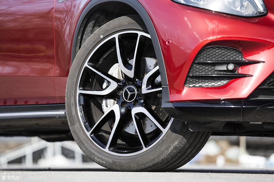 正所谓好马配好鞍,只有向来以操控性能著称马牌CSC5P轮胎,配合前255/40 R21后285/35 R21这样逆天的轮胎尺寸,才能真正解封这台性能野兽的全部实力。