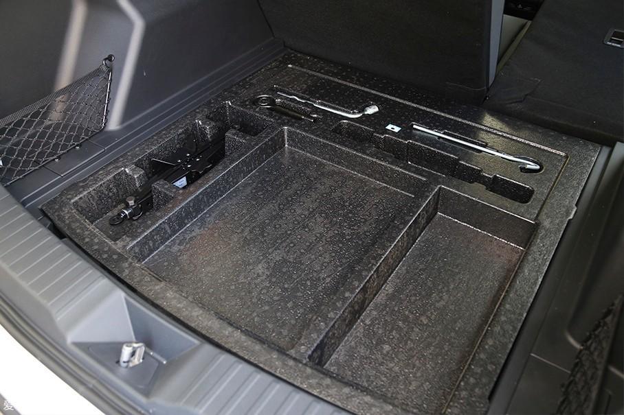 行李厢地板下方还设计有一个储物格,可以收纳一些容易滚动的物品,而车辆的非全尺寸备胎则被布置在了这个储物格下方。