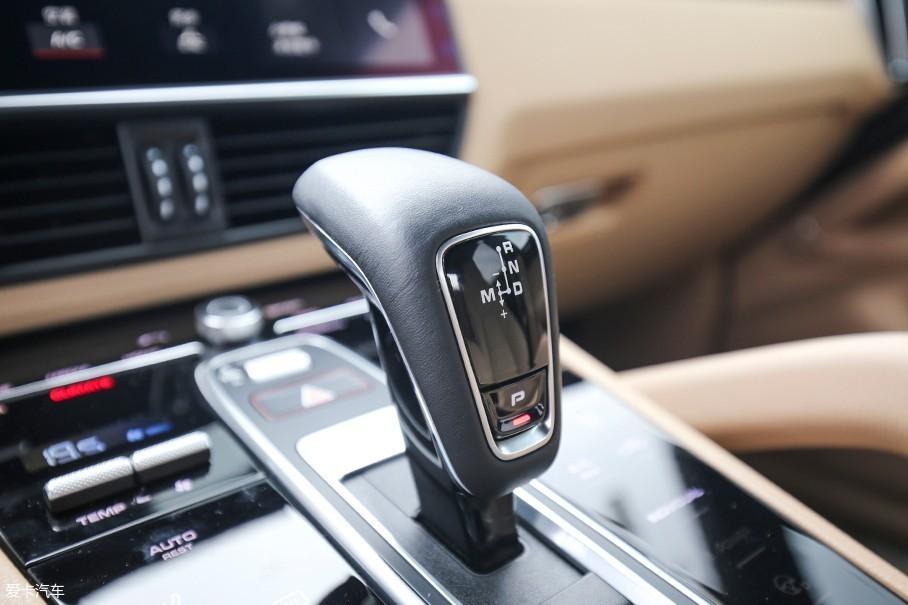 保时捷全新Cayenne全系配备了采埃孚的第二代8AT变速箱,优化了1/8挡齿比的变速箱可以提供更为平顺的行驶感受和更好的燃油经济性。