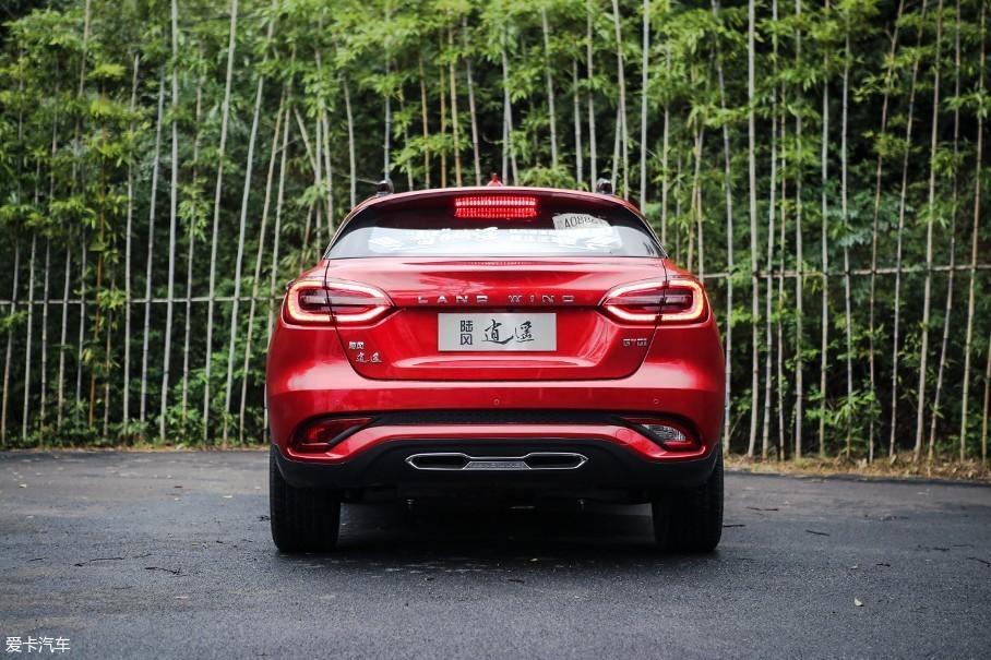 """车尾最大的亮点在于""""中置的双出排气"""",这种设计也经常出现在许多性能车型上。"""