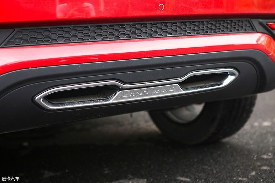 但是实际上这两个排气管只不过起到了装饰作用,车辆真正的排气被隐藏在了后保险杠的左下方位置。
