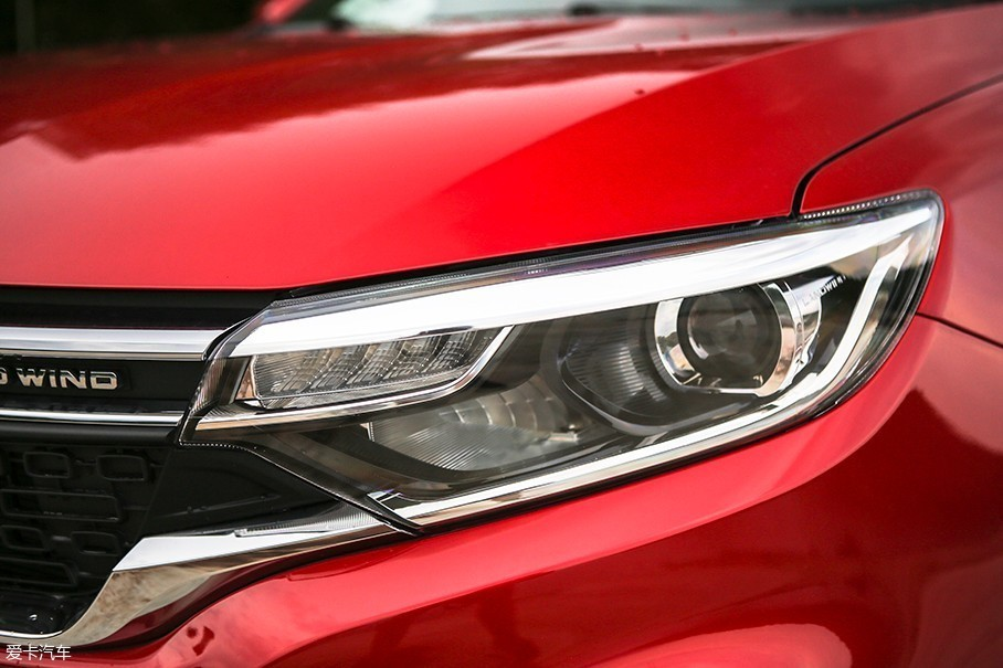 这台顶配车型配备了全LED光源,并且采用了远近光一体式设计。车辆的LED日间行车灯被设计在传统雾灯位置。