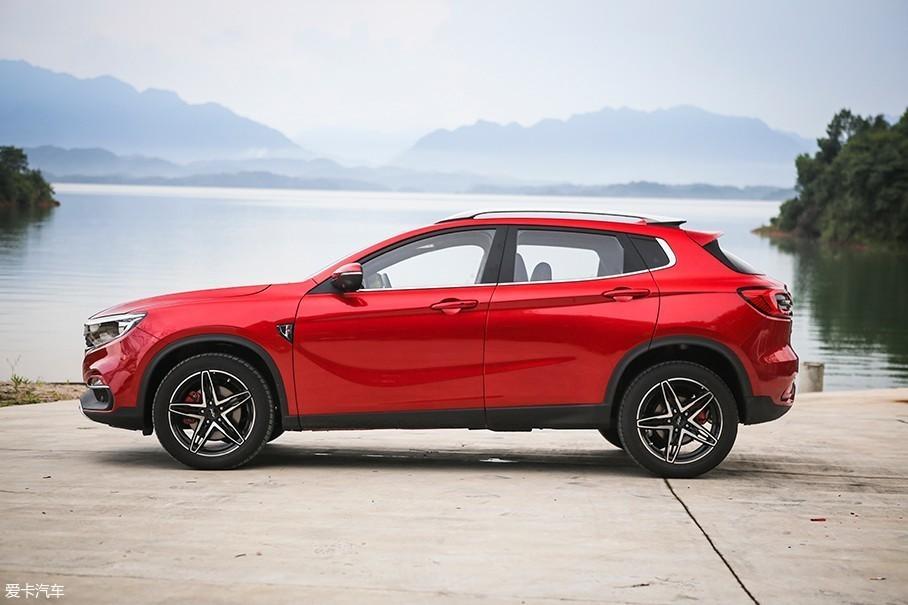 车辆的车身尺寸在紧凑级SUV车型中算不上大,尤其是车辆1580mm的车身高度,比大多数城市SUV更矮一些。这样的车身尺寸也为陆风逍遥打造出了跨界车的基因。