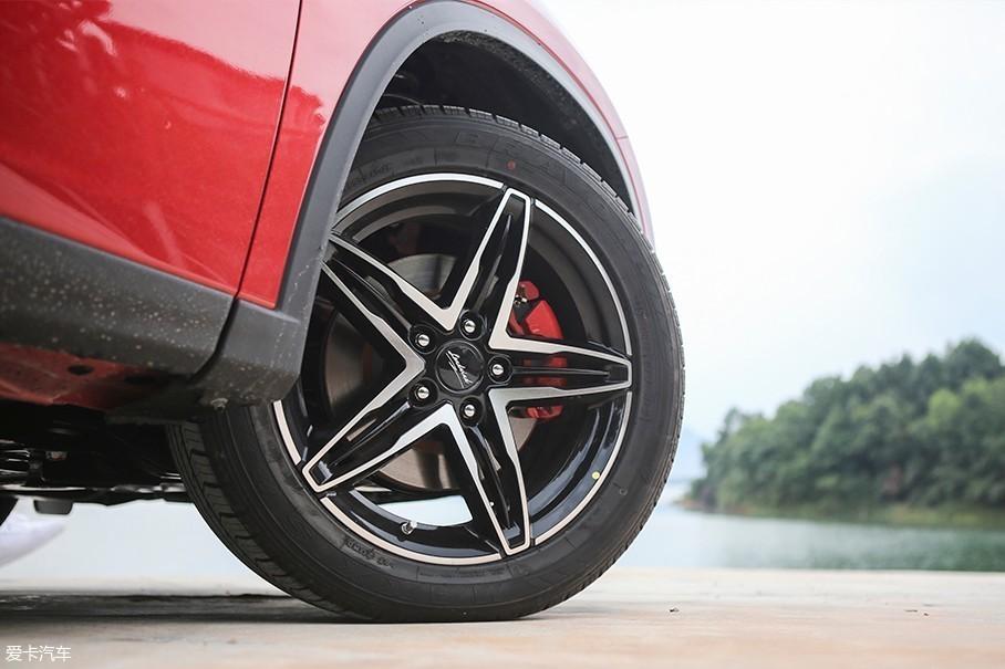 车辆所配备的双色轮圈视觉效果不错,而红色刹车卡钳则进一步的突出了车辆的运动氛围。在轮胎规格上,陆风逍遥顶配车型选择了尺寸为235/50 R18的玛吉斯BRAVO HP系列轮胎。