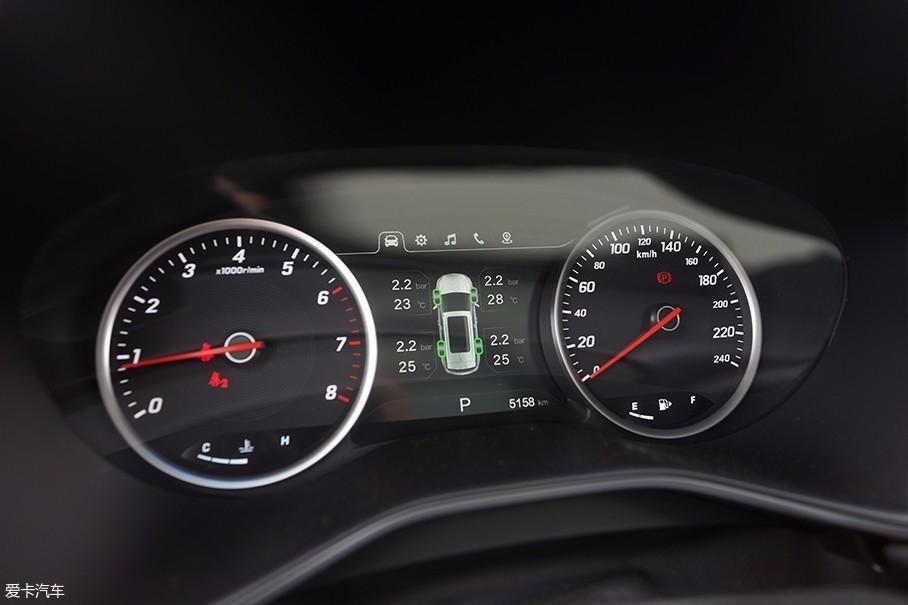 传统机械式仪表盘在中央保留有液晶多媒体屏幕,可以显示各种实用信息.图片