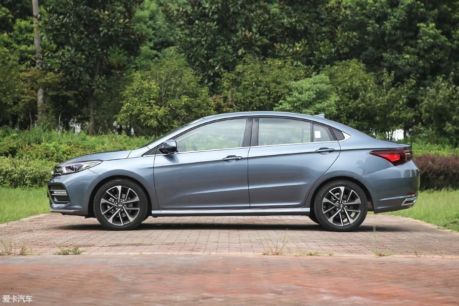 """奇瑞艾瑞泽GX定位于A+级轿车市场,车辆4710*1825*1490mm的车身尺寸完全符合该级别市场的要求。和同级别车型相比较的话,为了迎合""""宽体""""效果,奇瑞艾瑞泽GX在车身宽度上更有优势。"""