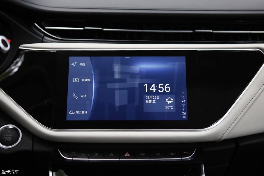 9英寸的多媒体屏幕没有保留什么实体按键,功能都被集成进了多媒体系统中。该屏幕的显示效果清晰,反应也很流畅,并且支持CarPlay以及百度的CarLife两种车载互联系统。