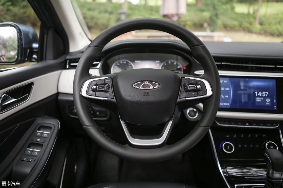 车辆的方向盘采用了和奇瑞瑞虎8相似的设计,方向盘大小适中握感较为饱满。而多功能按键区域由于按键较多,初次上手需要适应一段时间。