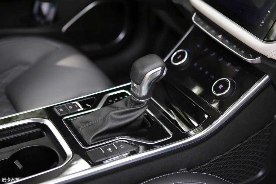 车辆挡把位置相当规整,挡把前方设计有一充电接口,而后方则设计成了驾驶位的主储物格。在挡把两边分别设计有电子手刹、ESP控制按键以及驾驶模式等关于车辆驾驶上的控制按键。
