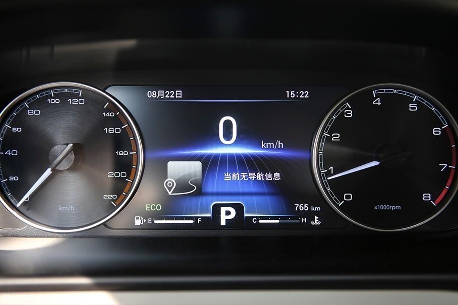 奇瑞艾瑞泽GX采用了传统机械式表盘,中央设计有7英寸的多媒体屏幕,该屏幕显示效果清晰,并且还能够选择不同的主题氛围。