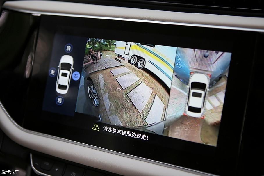 车辆所配备的360°全景摄像头在这块9英寸的多媒体屏幕中可以准确的显示出车辆周边情况,也能根据驾驶者的需要来放大单独一个摄像头所拍摄的画面。