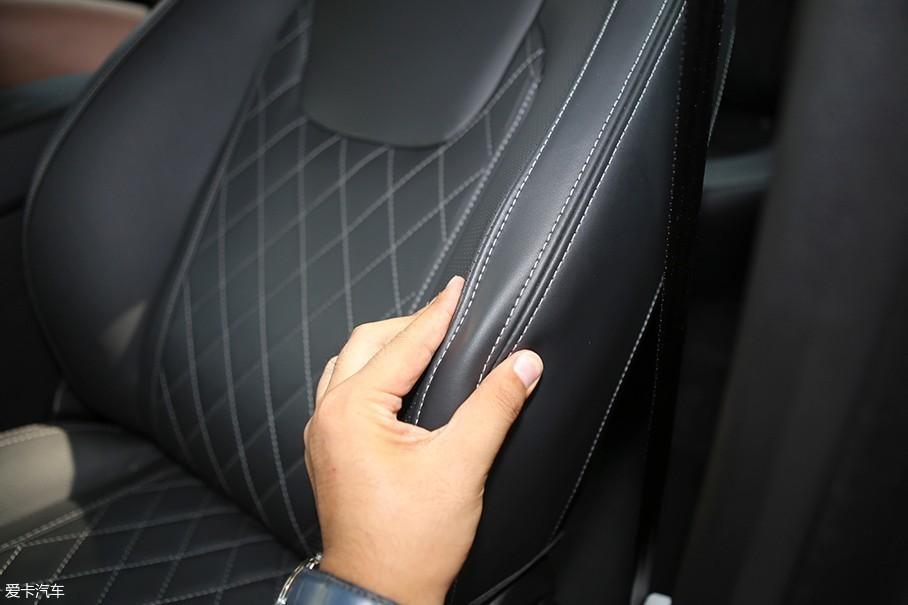 这套座椅还是以保证舒适性为主,两侧的护翼较为柔软,提供不了太多的横向支撑。对于奇瑞艾瑞泽GX这样的车型来说,乘坐舒适性本就是放在第一位的事情。