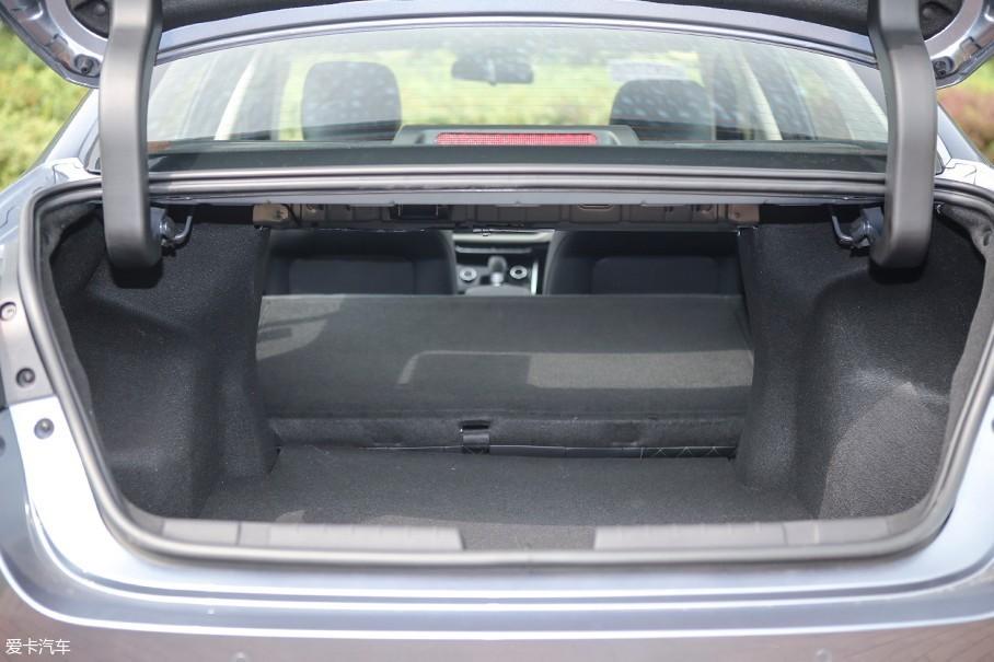 车辆后备厢的开口面积很大,内部深度也是同级别出色的水平,在放倒后排座椅之后后备厢的储物空间被进一步加大。只不过由于车辆轮拱内侵的较为严重,侵占了一部分后备厢储物空间。