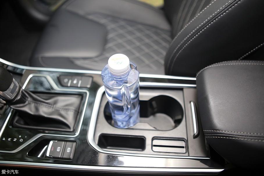 奇瑞艾瑞泽GX的储物空间非常丰富,挡把后方的储物空间可以很轻松的放下水瓶以及手机等杂物,在不使用的时候还可以拉上盖板让中控区域显得更加整洁。