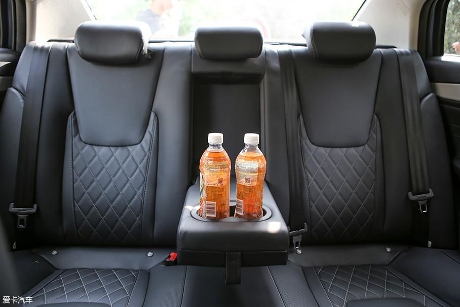 车辆后排座椅的规格和前排如出一辙,中央位置也设计有头枕,并且座椅两侧的填充也很饱满。此外,奇瑞艾瑞泽GX的后排座椅还可以全部放倒以进一步提升后备厢的储物空间。