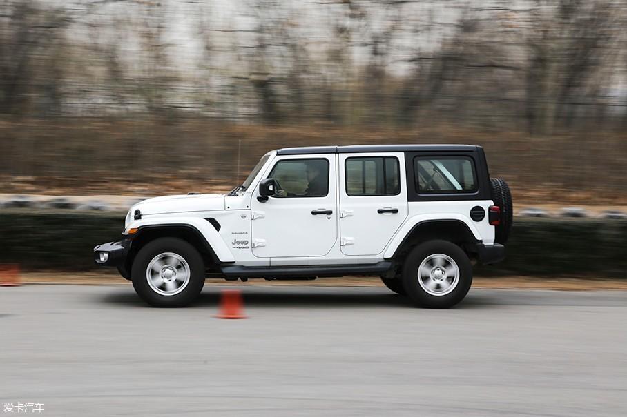 由于轮胎的问题,车辆在刹车性能中也表现的不算稳定。几次测试中最好成绩为39.2m,而其余数据则是在40m至42m左右浮动。不过对于一款硬派SUV来说,即便是42m的成绩我觉得也尚可接受。